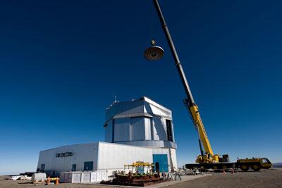 Der Hauptspiegel wird in das VISTA-Teleskop auf dem Cerro Paranal gesetzt. [ESO]