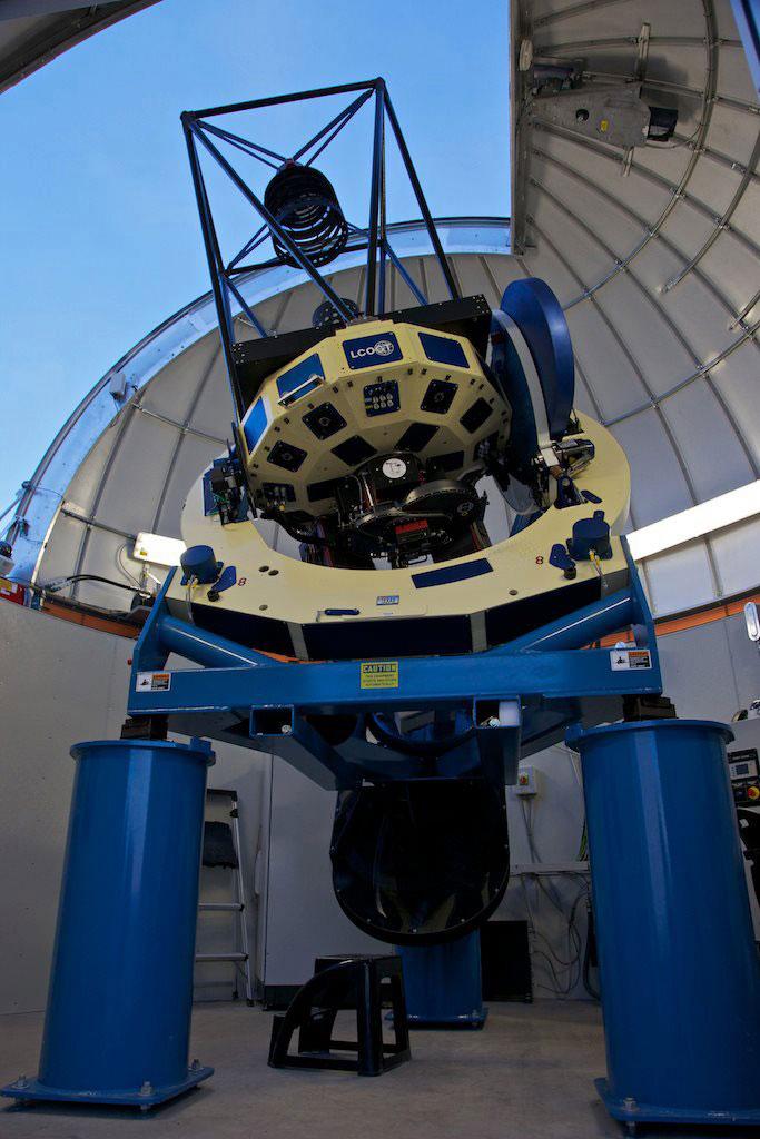 Das erste 1m-Teleskop des neuen globalen LCOGT-Netzwerks auf dem McDonald-Observatorium in Texas, kurz nach der Installation. [University of Texas]