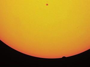 Austritt der Venus: geschärftes Summenbild aus einem Video, das auf Rhodos mit einem 80mm-Refraktor gedreht wurde. [Paul Hombach]