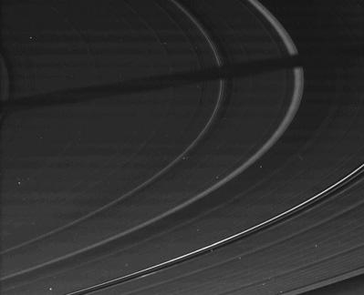 Ein Rohbild der Kamera auf dem Saturnorbiter Cassini - geschossen am 10. August 2009, als die Sonne praktisch genau in der Ebene der Ringe stand und selbst geringste Unebenheiten extrem lange Schatten warfen. Der besonders dicke Schatten dürfte von einem der Monde stammen. [NASA/JPL/Space Science Institute]