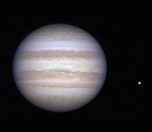 """Jupiter mit Io am 18.11.2012. CCD-Aufnahme, 1:20 MEZ, 10""""-Cassegrain bei 7490mm, DMK21AU618.AS, R-RGB-Filter. [Tobias Knesch]"""