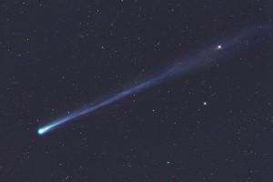 """Komet ISON am 16. November um 5:09 MEZ (oben), 8""""-Newton bei 580mm, FLI 16803, 3×3min (L), ca. 3,5° Gesichtsfeld [Waldemar Skorupa] und einen Tag später um 5:15 MEZ (unten). 8""""-Astrograph bei 720mm, FLI PL 16070, 8min (L), 4min (je RGB). [Gerald Rhemann]"""