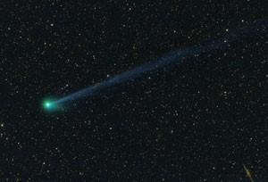 """CCD-Aufnahme am 9.6.2010 1:35 MEZ, 8""""-Astrograph bei 530mm, Sigma 6303, 3×220s (L), 100s (je RGB) Länge des Plasmaschweifs ca. 4°, rechts unten die Galaxie NGC 891 [Michael Jäger, www.cometpieces.at]"""