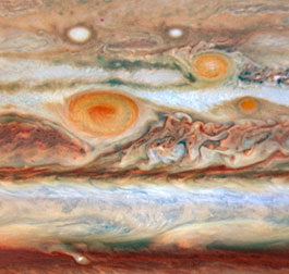Das Trio der drei Roten Flecken auf dem Jupiter am 9./10. Mai, aufgenommen mit dem Hubble Space Telescope in – verstärkten – Echtfarben. [M. Wong and I. de Pater (University of California, Berkeley)]