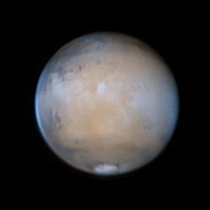Vielfältige Wolkenaktivität zeigt diese Aufnahme der letzten Marsopposition vom 15.3.2012. Bläulicher Randdunst und orographische Wolken über den Vulkanspitzen sind deutlich auszumachen, ebenso das nur selten dokumentierte äquatoriale Wolkenband des Planeten. Thomas Winterer
