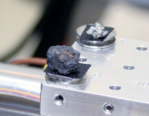 Einige der winzigen Meteoriten, die unter dem Ende der Spur der Feuerkugel gefunden wurden (rund 80km von Tscheljabinsk entfernt), bei ersten Untersuchungen in einem Labor, die ihre außerirdische Natur bestätigten. [Urfu News]
