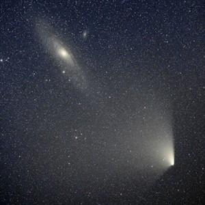 PANSTARRS bei Messier 31 am Abend des 2. April, aufgenommen mit 200mm-Teleobjektiv, Canon EOS 5D Mark 2 bei ISO 800 und 4min Belichtungszeit. [Thilo Schramm]