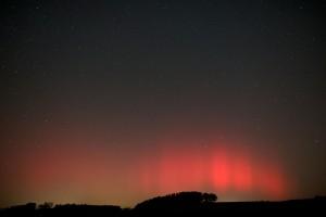 »Sehr schönes Nordlicht, visuell besser sichtbar, als das vom 26.9.2011.« Digitalfotos, 25.10.2011, 24mm-Objektiv bei f/2, 5DMk2, ISO 800 (Linkes Bild um 1:22 MESZ rechtes Bild 1:33 MESZ). [Franz-Peter Pauzenberger]
