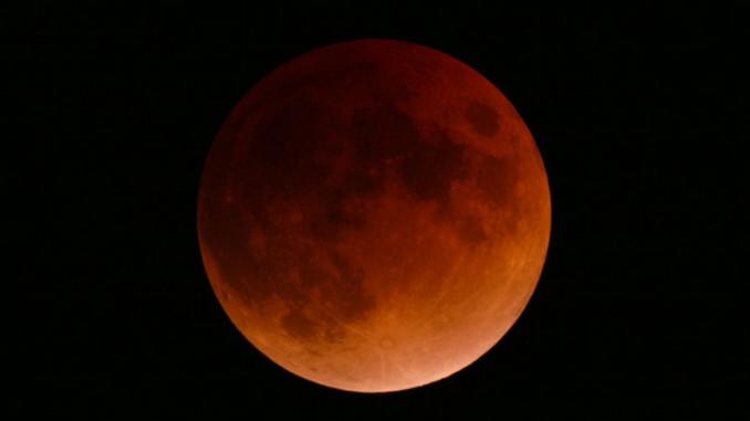 Roter Mond über Braunschweig bei überraschend klarer Sicht. 4:35 Uhr MEZ, 100/1000mm-Maksutov, Dynax 7D, 400 ASA, 6s. [Florenz Sasse]