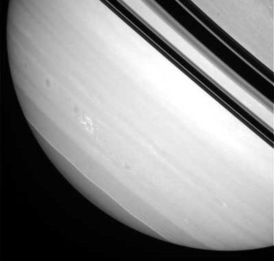 Der neue weiße Fleck auf Saturn, fotografiert am 4.3.2008 von der Cassini-Raumsonde. [NASA/JPL/Space Science Institute]
