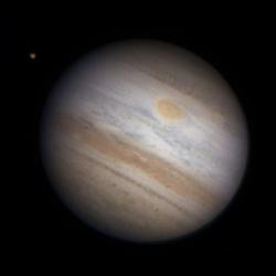 """Jupiter am 2.7.2010 mit dem jetzt rötlichen WOS-BA und dem GRF. 20""""-Newton bei 13100mm, DMK21AU04.AS, Astronomik IR-RGB-Filter. [Thomas Winterer]"""