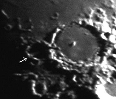 Durch eine Lücke im Wall des Kraters Hesiodus fällt ein Lichtstrahl in den noch dunklen Krater Pitatus – wie hier am 25.5.2007. [Wolfgang Vollmann]
