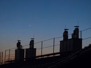 Merkur und Venus, 8.4.2010, 20:27 MESZ. Digitalaufnahme mit f=55mm, 3s belichtet. Die beiden Planeten waren zum Aufnahmezeitpunkt 3,4° voneinander entfernt.
