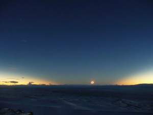 Totale Sonnenfinsternis über Patagonien: Ausgerechnet die Winterlandschaft im tiefen Süden Argentiniens erlebte am 11. Juli das beste Wetter entlang der gesamten Totalitätszone; die geringe Sonnenhöhe über dem Anden-Panorama sorgte überdies für atemberaubende Schatteneffekte am Himmel. Links oben der Sirius, rechts oberhalb der Sonne Merkur. [Daniel Fischer]