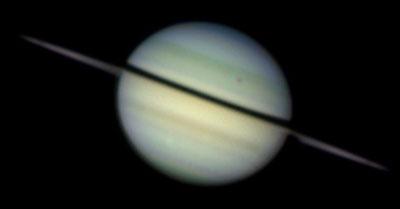 Saturn am 7.12.2008 um 6:47UT mit den weniger als 1° geöffneten Ringen. Diones Schatten überquert gerade den Planeten. [Damian Peach]