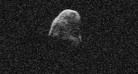 Ein aktuelles Radar-»Bild« von (4179) Toutatis mit 19m/Pixel vom 3. Dezember mit der großen Goldstone-Antenne in Kalifornien erzeugt: Die x-Achse repräsentiert den Dopplereffekt der Echos, die y-Achse ihre Laufzeit, was grob gesehen ein zweidimensionales Bild des Körpers liefert. [JPL]