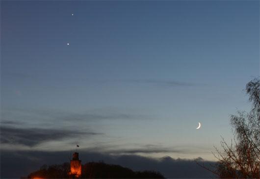 Die Venus-Jupiter Konjunktion mit der jungen Mondsichel, fotografiert von Königstein-Falkenstein aus am 30.11.08, 4 Sekunden bei f/8 und 100 ISO mit einer EOS 10D mit 28-70mm, f/2,8, Objektiv bei 28mm. [Ulrich Beinert]