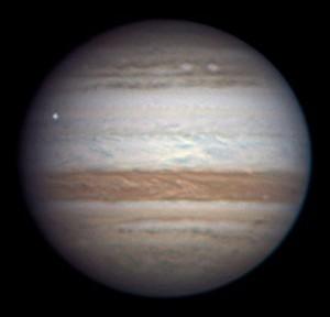 Hochgradig prozessierte Darstellung des Impakts vom 3. Juni 2010 aus dem australischen Video: Der farbige Jupiter und der Blitz wurden separat verarbeitet und wieder zusammen gefügt. [Anthony Wesley]