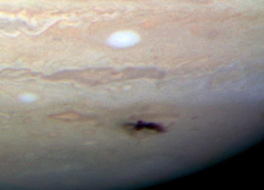 Der Impakt-Fleck auf dem Jupiter am 23. Juli, 4 bis 5 Tage alt: Die neue Hubble-Kamera WFC3 zeigt ihn hier im sichtbaren Licht und in natürlichen Farben; atmosphärische Strömungen haben die dunkle Wolke bereits deutlich zerzaust. [NASA, ESA, H. Hammel and the Jupiter Comet Impact Team]