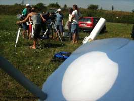 Amateurastronomen auf dem Canitzer Flugplatz in Riesa bauten 11 Teleskope auf, um zusammen mit knapp 20 Besuchern den Schattentanz von Sonne und Mond zu verfolgen. [Pigors]