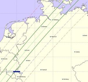Ungefähr in diesem Streifen wird der Kleinplanet (472) Roma in der Nacht vom 8. zum 9. Juli den hellen Stern Delta Ophiuchi bedecken: mit 42%-iger Wahrscheinlichkeit innerhalb der dicken grünen Grenzen und mit 52% auf der Zentrallinie dazwischen. In Blau bzw. Rot ein bzw. zwei Standardabweichungen: Hier nimmt die Wahrscheinlichkeit nach jetzigem Wissen stark ab, aber da die Position des Sterns am Himmel ungewöhnlich unsicher ist, sollten auch diese Flankenbereiche abgedeckt werden. [IOTA-ES, nach S. Preston]