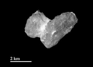Der Kern von Komet Churyumov-Gerasimenko am 29. Juli aus 1950km Abstand: Ein Pixel entspricht 37m auf dieser OSIRIS-Aufnahme mit der Tele-Optik. Der weiße »Kragen« am »Hals« zwischen den beiden Kernteilen wird von Tag zu Tag deutlicher. [ESA/Rosetta/MPS for OSIRIS Team MPS/UPD/LAM/IAA/SSO/INTA/UPM/DASP/IDA]