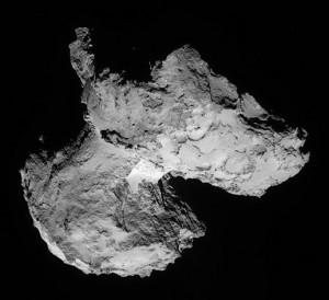 Eine andere Perspektive auf den Kometenkern – am 12. August aus 103km Abstand. Die Rotationsachse geht durch seine größere Hälfte, in der Nähe des »Halses«. [ESA/Rosetta/NAVCAM]