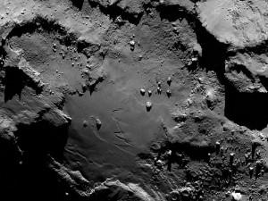 Eine Detailaufnahme der »Unterseite« der großen Kernhälfte mit der wissenschaftlichen Kamera OSIRIS, entstanden am Morgen des 6. August, wenige Stunden vor der Ankunft, aus 130km Abstand. Klippen, Gräben und Geröll sind sichtbar. [ESA/Rosetta/MPS for OSIRIS Team MPS/UPD/LAM/IAA/SSO/INTA/UPM/DASP/IDA]