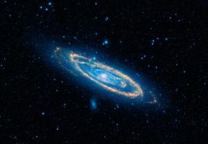 Mosaik von M 31 des Infrarotsatelliten WISE, aufgenommen in den Wellenlängen 3,4μm, 4,6μm (blau), 12μm (grün) und 22μm (rot). Blau erscheinen in dieser Falschfarbenaufnahme die älteren, eigentlich rötlichen Sterne, während gelbe und rote Töne Staub darstellen. [NASA/JPL-Caltech/UCLA]