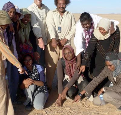 Einer der größeren Funde von Meteoriten des Asteroiden 2008 TC3 am 8. Dezember 2008, mit Studenten der Universität von Khartoum, Peter Jenniskens und Muawia Shaddad vom Physikalischen Institut der Universität. [Jenniskens/SETI Institute]
