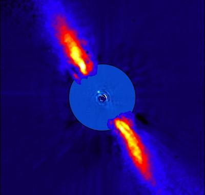 """Die unmittelbare Umgebung des Sterns Beta Pictoris: Die Scheibe außen wurde bereits 1996 mit dem 3,6m-Teleskop auf La Silla aufgenommen, der Innenteil des Bildes stammt vom VLT von 2003. Der mutmaßliche Planet steht nur 0,44"""" vom 1000 Mal helleren Beta Pictoris entfernt. [ESO/A.-M. Lagrange et al.]"""