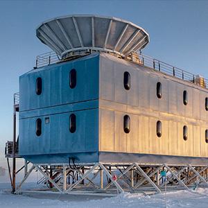 Hinter einer Abschirmung auf einem Gebäude am Südpol saß das kleine Radioteleskop BICEP2 und scannte drei Jahre lang immer wieder dasselbe Himmelsfeld ab. In der Summenkarte wurde nun vermutlich das Polarisationssignal von Gravitationswellen isoliert, die direkt während des Urknalls entstanden – so weit hat noch kein Instrument in die Vergangenheit schauen können. Inzwischen nehmen dort bereits Nachfolger Daten auf. [Steffen Richter, Harvard University]