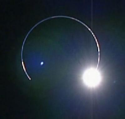 Am 10. Februar beobachtete die hochauflösende Kamera des japanischen Mondorbiters Kaguya den gleichzeitigen »Aufgang« von Erde und Sonne hinter dem Horizont - und weil sich gerade eine Mondfinsternis ereignete, wurde die Sonne fast ganz von der Erde bedeckt und lugte nur etwas hinter der glühenden Atmosphäre hervor. [JAXA]