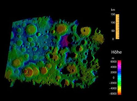Digitale Höhenkarte der Südpolregion des Mondes auf Basis der 2006 gewonnenen Radardaten; das Feld ist 650km × 450km groß, mit einem Höhenpunkt alle 40 Meter. [NASA]