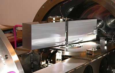 Der Riesenspektrograf HARPS bei Tests in einer (hier geöffneten) Vakuumkammer vor seinem Einbau ins 3,6m-Teleskop der ESO: Das 20cm × 80cm große Beugungsgitter dominiert das Bild. [ESO]