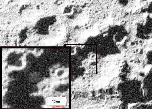 Zwanzig Sekunden nach dem Impakt der Centaur-Stufe sichtete eine Kamera auf der begleitenden LCROSS-Sonde die Ejektawolke über dem dunklen Boden des Polkraters Cabeus, mit einem Durchmesser von 10km bis 12km — und mehrere Spektrometer hatten sie genau im Blick. Aus starker Absorption und Emission wird nun auf die Anwesenheit erstaunlicher Wassermengen geschlossen. [NASA]