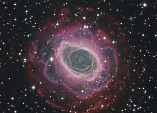 Bild des Ringnebels in der Leier aus der Dokumentarischen Fotogalerie des Calar-Alto-Observatoriums (DSAZ/RECTA/DSA): Aufnahmen der 1,23m- und 3,5m-Spiegelteleskope mit mehreren Kameras und durch sechs verschiedene Filter wurden hier kombiniert. [Vicent Peris (DSA/OAUV), José Luis Lamadrid (DSA/CEFCA), Jack Harvey (DSA/SSRO), Steve Mazlin (DSA/SSRO), Ana Guijarro (DSAZ)]