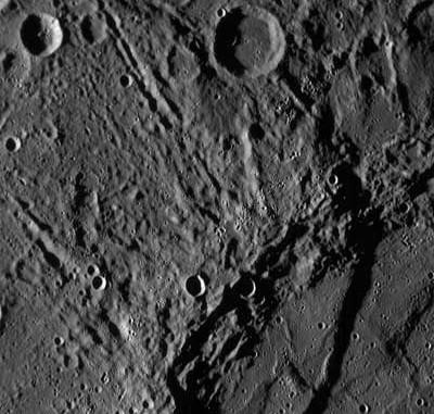 Eine der ersten Nahaufnahmen vom Merkur, die die Erde erreichten, mit nur 300 Metern pro Pixel – entstanden 21 Minuten nach der größten Annäherung am 14. Januar aus 8500 km Abstand. [NASA/Johns Hopkins University Applied Physics Laboratory/Carnegie Institution of Washington]