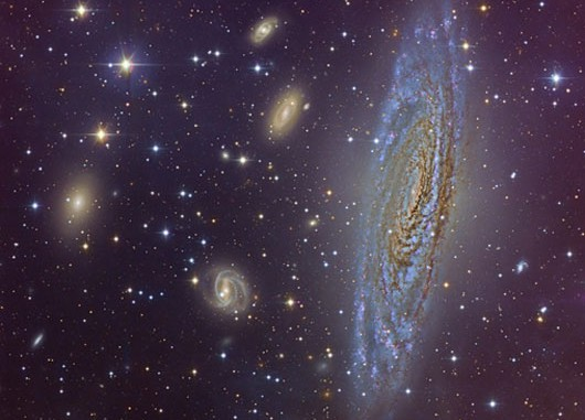 Aufnahme der Galaxie NGC 7331 nebst kosmischem Vorder- und Hintergrund mit der Kamera LAICA, die vor dem primären Fokus des Zeiss-Teleskops des Calar-Alto-Observatoriums mit einer Öffnungsweite von 3,5m angebracht war. [Calar Alto Sternwarte, Oktober 2008]