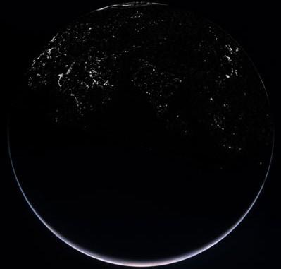 Blick auf die Nachtseite der Erde am 13. November 2007. Das Komposit aus zwei Aufnahmen aus 75000km und 80000km Entfernung zeigt die Sichel der Erde am Südpol und die künstlich beleuchtete Nordhalbkugel. [ESA]