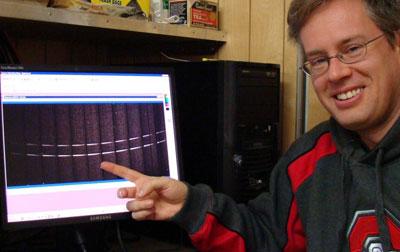 Jody Wilson von der Boston University auf dem McDonald Observatory in Texas, kurz nach dem LCROSS-Crash: Auf Spektren des Raumes 100km über der Einschlagsstelle sind plötzlich die beiden starken Natriumlinien D1 und D2 erschienen, die vorher nicht zu sehen waren, und 15 Minuten später waren sie auch wieder weg. [Center for Space Physics, Boston University]