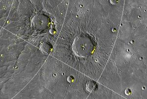 Messenger umkreist Merkur in einer hoch exzentrischen Umlaufbahn, die die Sonde näher an die Nordpolarregion des Planeten heranbringt, als an den Südpol. Der etwa 100km große Krater Stieglitz nahe der Bildmitte befindet sich auf 72,5° nördlicher Breite. Die radarhellen Gebiete dehnen sich in einigen Kratern überraschenderweise bis auf 67° nördliche Breite aus. Kleine Krater und niedere Breiten stellen nach gängigen Vorstellungen ein thermal anspruchsvolles Umfeld für Wassereisablagerungen dar. [NASA/Johns Hopkins University Applied Physics Laboratory/Carnegie Institution of Washington]