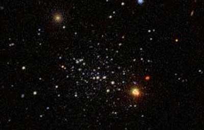 Dieser Sternhaufen besitzt eine 50 Mal höheren Leuchtkraft als die leuchtschwächste Galaxie. Segue 1 hat jedoch eine 1000 Mal höhere Masse als dieser Sternhaufen, was klar macht, wie randvoll diese Zwerggalaxie mit Dunkler Materie ist. [Sloan Digital Sky Survey]