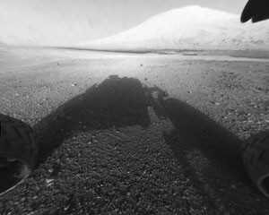Das Ziel der Reise: der gewaltige Aeolis Mons im Krater Gale, den bisher nur die vorderen Sicherheitskameras (Hazcams) Curiositys relativ komplett gesehen haben; ihre Fischaugen-Sicht wurde hier linearisiert. Der eigentliche 5,5km hohe Gipfel liegt auch hier außerhalb des Gesichtsfelds, aber immerhin ist ein 4km hoher Nebengipfel zu sehen. [NASA/JPL-Caltech]