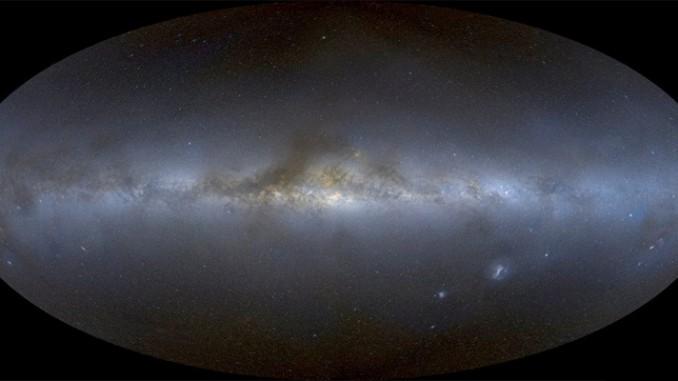 Das neue 648-Megapixel-Bild des Himmels aus dem Hause Mellinger, extrem verkleinert und in Aitoff-Projektion: Über 3000 CCD-Aufnahmen in R, G und B wurden mit enormem Aufwand zu einem homogenen Ganzen vereinigt. [Axel Mellinger, A Color All-Sky Panorama Image of the Milky Way, arXiv:0908.4360 [astro-ph.GA] (2009, submitted to PASP)]