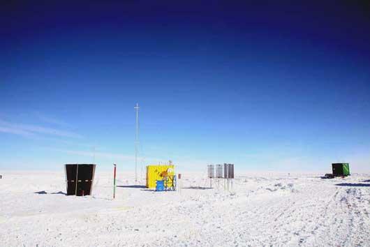 Der gelbe Container ist PLATO, die auf den antarktischen Dome C zurückgelassene automatische Sternwarte [University of New South Wales]