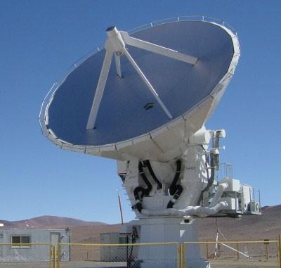 Das japanische Atacama Submillimeter Telescope Experiment oder ASTE, ein hochpräzises Radioteleskop mit 10-Meter-Spiegel in 4860 Metern Höhe in der chilenischen Atacama-Wüste, wo sich dank der trockenen Luft besonders kurze Radiowellen beobachten lassen bzw. Wellenlängen um einen Millimeter: Nur mit solcher Technik lassen sich Starburst-Galaxien im frühen Kosmos untersuchen. [NAOJ]