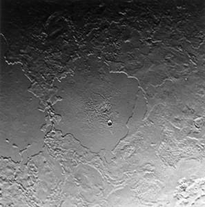 Die zwei Wallebenen Tuonela Planitia (links) and Ruach Planitia (Mitte) zeigen die komplexe geologische Geschichte Tritons. Ursprünglich wohl Einschlagbecken, wurden sie durch Flut- und Schmelzereignisse in mehreren Episoden starken Modifikationen und Veränderungen unterworfen. [NASA]