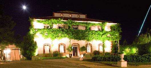 Der Bejar-Bolide über Torrelodones, Madrid, Spanien: Er ist die lange Leuchtspur rechts des beleuchteten Hauses, über dem der überbelichtete Mond steht. [J. Perez Vallejo/SPMN]