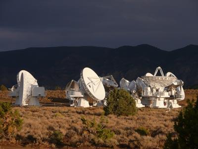 Die Teleskope des neuen CARMA-Interferometers in Kalifornien in enger Parkposition – sie können auch in viel größeren Abständen voneinander aufgestellt werden, wenn hohe Winkelauflösung gefragt ist. [Daniel Fischer]